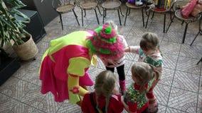 Les het onderhouden de ruimte van kinderen` s spelen voor kinderen en een prettijdverdrijf stock videobeelden