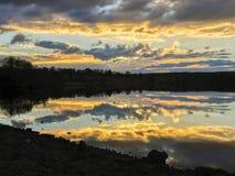 Les heures d'or chez Kielder arrosent, parc du Northumberland, Angleterre Photo libre de droits