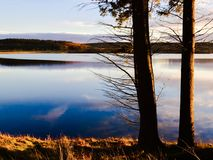 Les heures d'or chez Kielder arrosent, parc du Northumberland, Angleterre photographie stock