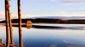 Les heures d'or chez Kielder arrosent, parc du Northumberland, Angleterre Images stock