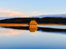 Les heures d'or chez Kielder arrosent, parc du Northumberland, Angleterre photos libres de droits