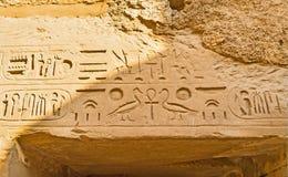 Les hiéroglyphes dans le temple antique images stock