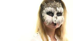 Les hiboux d'art de corps dans la fille sur le visage, qui examine l'appareil-photo et les lueurs, animal composent, mouvement le clips vidéos