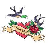 Les hirondelles de tatouage volent au-dessus du coeur rouge et se sont levées amour de concept vrai Symbole de l'amour mutuel, bo Photo stock