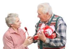 Les hommes aînés donnent des cadeaux Photographie stock libre de droits