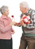 Les hommes aînés donnent des femmes d'aîné de cadeaux Photographie stock