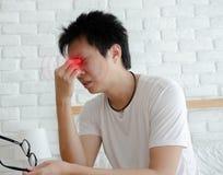 Les hommes asiatiques ne sont pas confortables avec douleur photos stock