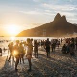 Les hommes attirants prennent un selfie en plage d'Ipanema, Rio de Janeiro à Images stock