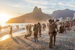 Les hommes attirants prennent un selfie en plage d'Ipanema, Rio de Janeiro à Image stock