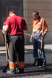 Les hommes au travail, voie urbaine est en construction Photos stock