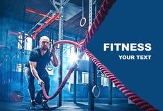 Les hommes avec la corde de bataille luttent des cordes s'exercent dans le gymnase de forme physique image libre de droits
