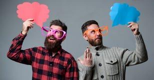Les hommes avec le hippie mûr de barbe et de moustache utilisent les lunettes drôles Expliquez le concept d'humeur Histoire drôle photo libre de droits