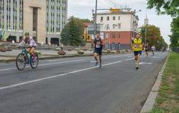 Les hommes courant dans Vyshyvanka courent pendant l'activité locale de Jour de la Déclaration d'Indépendance dans Dniepr Images libres de droits