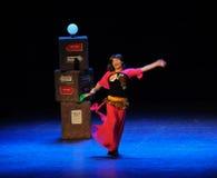Les hommes déguisés comme danseur-croquis de femme sautent les gens du commun de tante-Le de danse carrée la grande étape Photo libre de droits