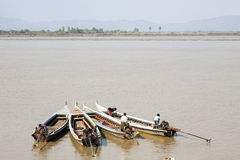 Quatre petits bateaux dans Myanmar Images libres de droits