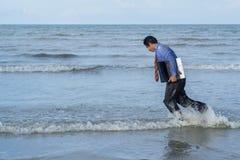 Les hommes d'affaires asiatiques tâchent avec le travail étant fait Photographie stock libre de droits