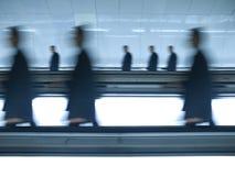 Les hommes d'affaires brouillés vont travailler Image stock