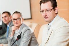 Les hommes d'affaires communiquent à la conférence photos libres de droits