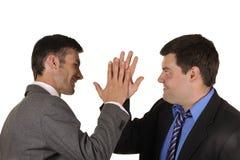 Les hommes d'affaires découvrent avec émotion des assiettes photo stock