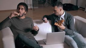 Les hommes d'affaires dans des ordinateurs et des téléphones d'utilisation de style occasionnel dans le bureau et mangent de la p clips vidéos