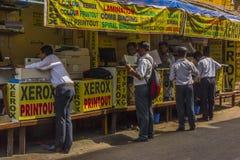 Les hommes d'affaires dans Mumbai font des photocopies aux marchands ambulants Images libres de droits