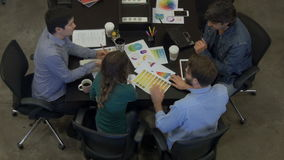 Les hommes d'affaires de réunion de vue supérieure ajournent le groupe de course divers de mélange de bureau banque de vidéos