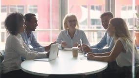 Les hommes d'affaires divers se sont réunis dans la salle de réunion moderne pour le briefing de matin banque de vidéos