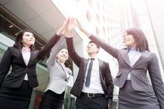 Les hommes d'affaires donnent cinq photo libre de droits