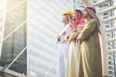 Les hommes d'affaires et les architectes arabes se tiennent sûrs dans leur succès image stock