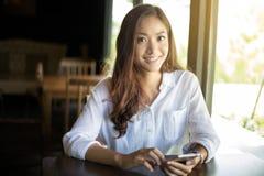 Les hommes d'affaires et les femmes de l'Asie emploient le mobile et touchent le phone futé images libres de droits
