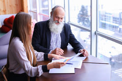 Les hommes d'affaires expérimentés ont retiré des sourires et partagent le conseil avec du Ne photo stock