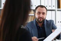 Les hommes d'affaires font donner à une femme de discussion l'entrevue au directeur voudraient obtenir le nouveau travail Images libres de droits