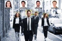Les hommes d'affaires font face reconnu avec le système d'étude intellectuel photo libre de droits