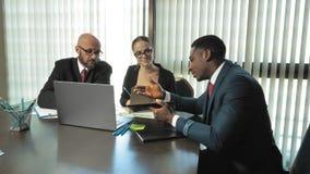 Les hommes d'affaires multiraciaux discutent de nouveaux idées et plans de la société dans la salle de conférences dans le mouvem banque de vidéos