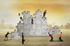 Les hommes d'affaires occupés s'chargent du puzzle Photos libres de droits