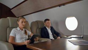Les hommes d'affaires ont la discussion d'affaire à l'intérieur du jet de luxe clips vidéos