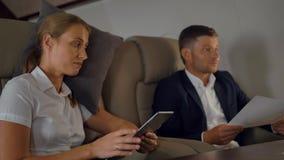 Les hommes d'affaires ont la discussion d'affaire privée à l'intérieur du jet de luxe banque de vidéos
