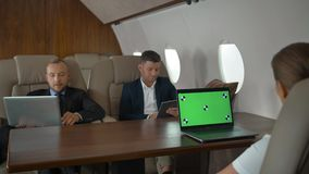 Les hommes d'affaires ont la réunion dans le jet d'entreprise clips vidéos