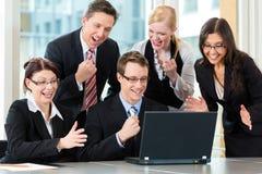 Les hommes d'affaires ont le contact d'équipe dans le bureau Photographie stock