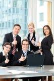 Les hommes d'affaires ont le contact d'équipe dans le bureau Photos libres de droits