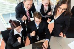 Les hommes d'affaires ont le contact d'équipe dans le bureau Images libres de droits
