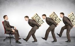 Les hommes d'affaires portent des boîtes avec l'hommage de mot image libre de droits