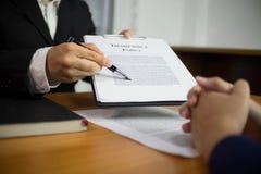 Les hommes d'affaires présentent des plans d'action et le marketing à l'associé Concept d'affaires photographie stock libre de droits