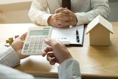 Les hommes d'affaires présentent le contrat des prix sur le commerce - louez une maison à photo stock