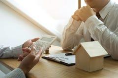 Les hommes d'affaires présentent le contrat des prix sur le commerce - louez une maison à images libres de droits
