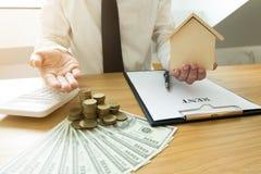 Les hommes d'affaires présentent le contrat des prix sur le commerce - louez une maison aux clients Maison d'agent d'assurance Co image stock