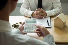 Les hommes d'affaires présentent le contrat des prix sur le commerce - louez une maison aux clients Maison d'agent d'assurance Co photo libre de droits