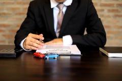 Les hommes d'affaires présentent le contrat sur le commerce - louez une voiture Voiture d'assurance d'hommes d'affaires Concept d images stock