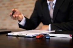 Les hommes d'affaires présentent le contrat sur le commerce - louez une voiture Voiture d'assurance d'hommes d'affaires Concept d image stock