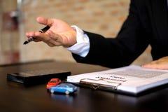 Les hommes d'affaires présentent le contrat sur le commerce - louez une voiture Voiture d'assurance d'hommes d'affaires Concept d photographie stock libre de droits